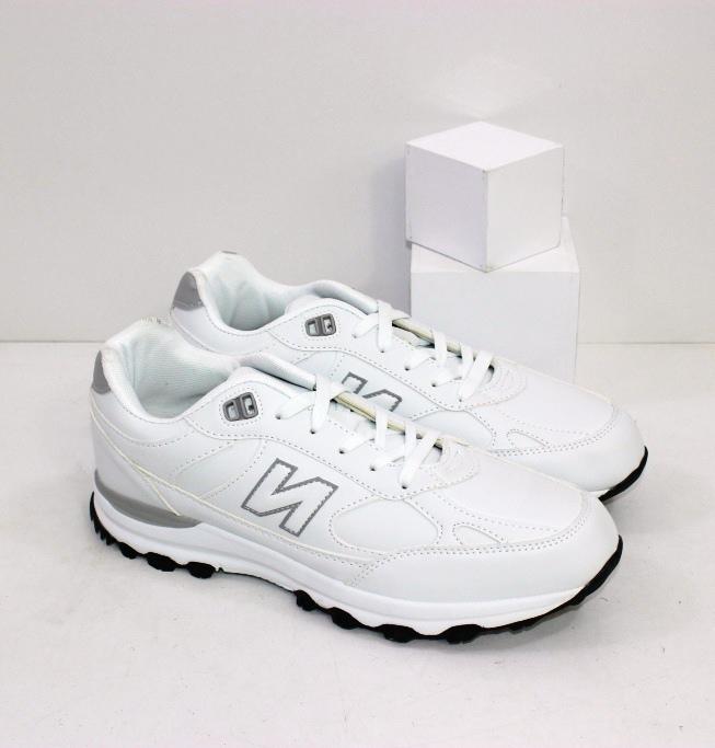 Качественные белые кроссовки для занятий спортом