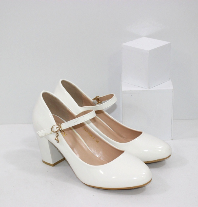 Купить удобные женские белые лаковые туфли с ремешком на подъёме