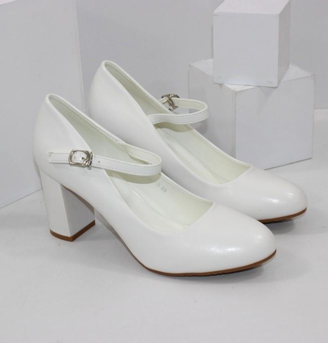 Білі туфлі на середньому підборі з ремінцем