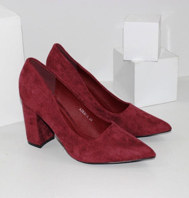 Жіночі класичні замшеві туфлі з гострим носком