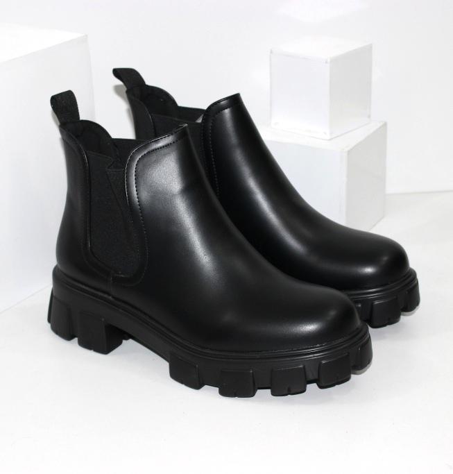 Короткі жіночі черевики на тракторній підошві