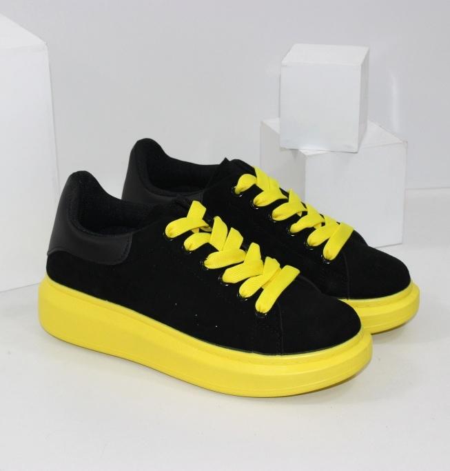 Чорні кросівки на жовтої підошві для жінок