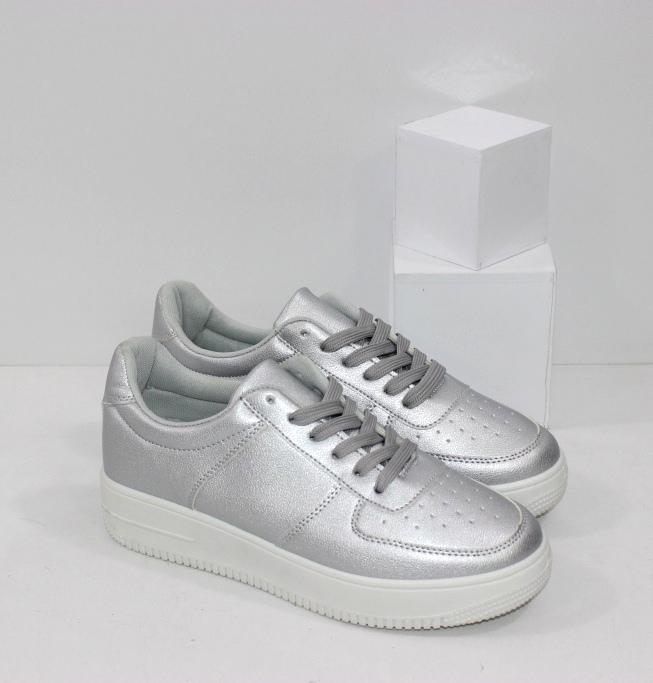 Купить женские серебристые кроссовки на плоской подошве