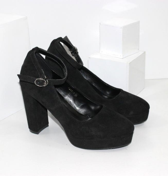 Туфлі на високих підборах і ремінці навколо щиколотки