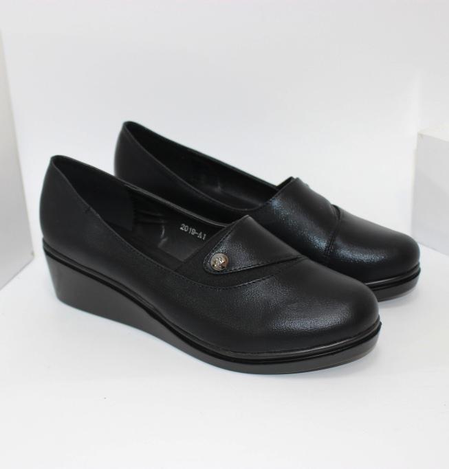 Зручні жіночі туфлі великих розмірів на танкетці